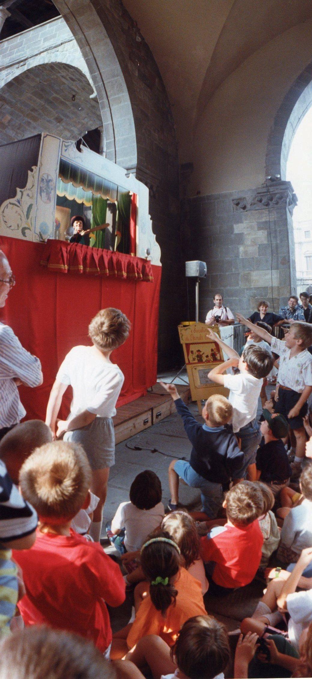 i bambini partecipano allo spettacolo di Cortesi in Piazza Vecchia a Bergamo